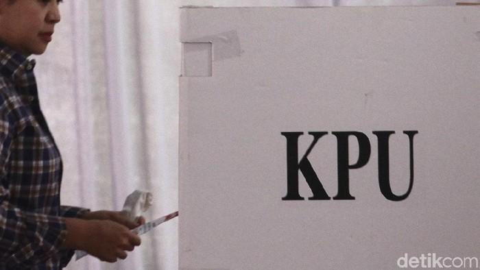 Ilustrasi Pemungutan Suara di bilik suara pada pemilu 2014