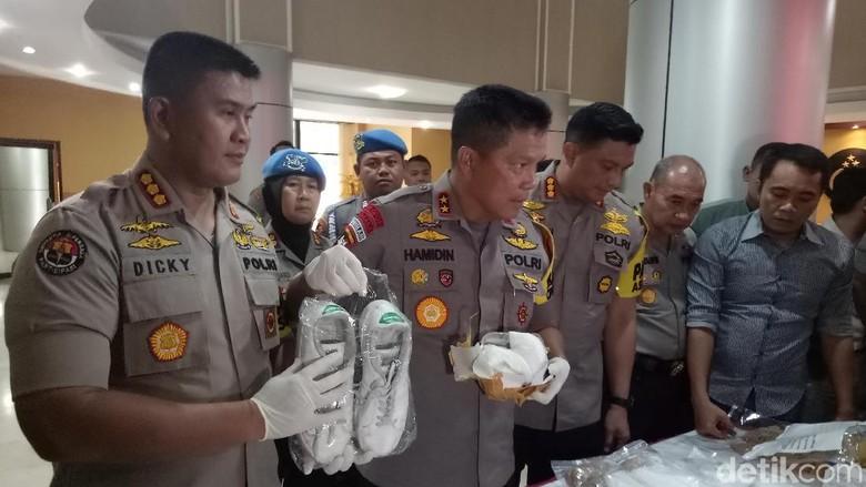 Polisi Gagalkan Penyelundupan Sabu dalam Sepatu Sneakers