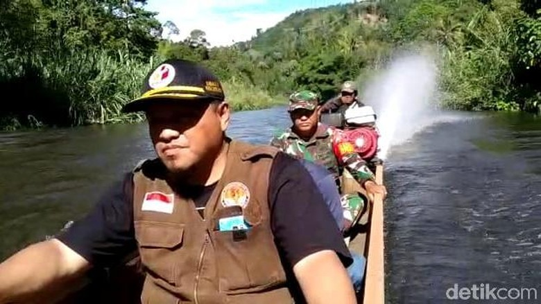 Perjuangan Petugas Terobos Sungai Kirim Surat Suara ke Pelosok Sultra