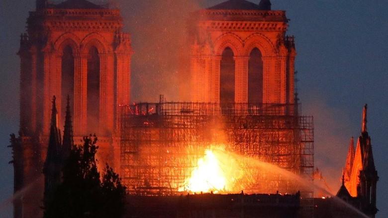 Katedral Notre Dame di Paris Terbakar, Warga: Saatnya untuk Berdoa