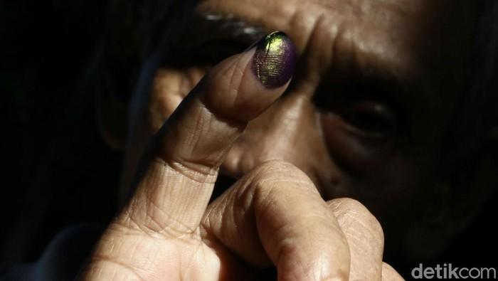 Ilustrasi jari yang dicelupkan ke tinta usai pemilu