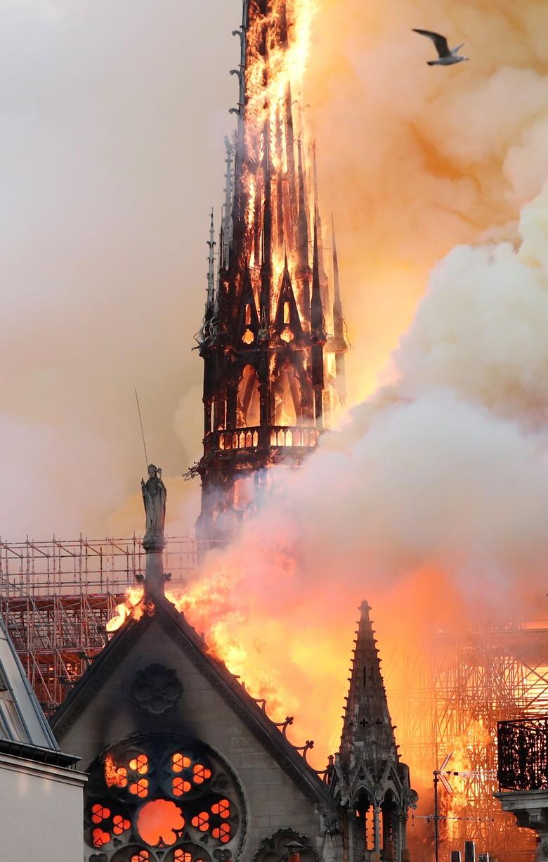 Penampakan Kebakaran Gereja Notre Dame Paris