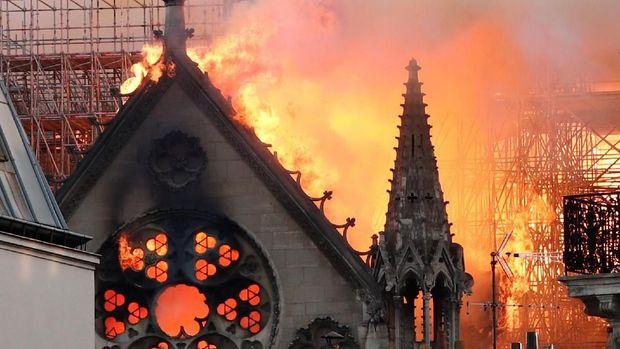 Gereja Notre Dame kebakaran