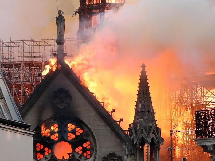 Katedral Notre Dame di Paris, Prancis, terbakar pada Senin (15/4/2019). (Foto: Reuters)