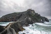 Dragonstone menjadi kampung halaman Daenerys Targaryen. Syuting lokasi Dragonstone ini dilakukan di Pantai Itzurun serta San Juan de Gaztelugatxe, Spanyol (iStock)