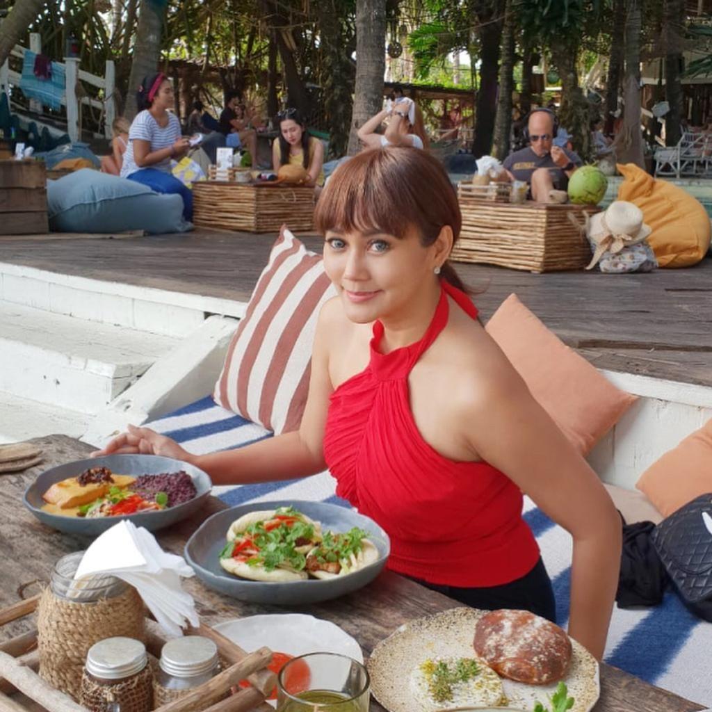 Cantiknya Presenter Anita Hara Saat Asyik Makan di Bali hingga Korea Selatan