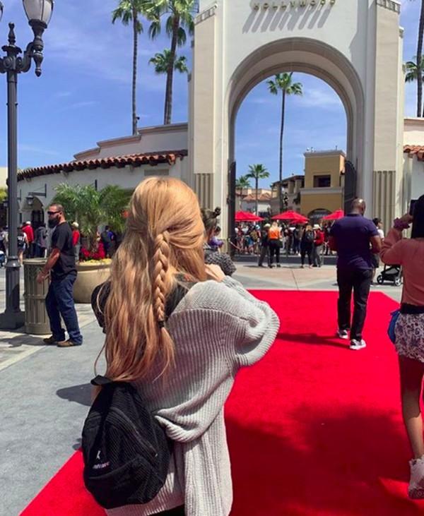 Setelah konser, para personel Blackpink pun menikmati ragam wisata di California. Salah satunya Rose, yang seru-seruan di Universal Studios Hollywood dan membagikannya di Instagram. (roses_are_rosie/Instagram)
