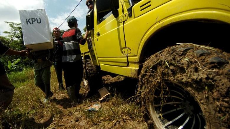 Perjuangan Petugas Distribusikan Logistik Pemilu di Daerah Terpencil