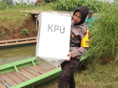 Dua Polwan Ini Rela Naik Perahu Kehujanan Antarkan Logistik Pemilu di Tuban