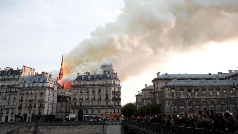 400 Petugas Damkar Dikerahkan untuk Padamkan Api di Gereja Notre Dame Paris