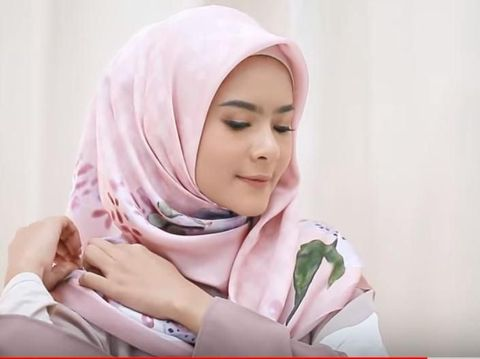 Tutorial Hijab untuk ke Pesta dalam 1 Menit Saja, Cocok untuk Ibu Muda