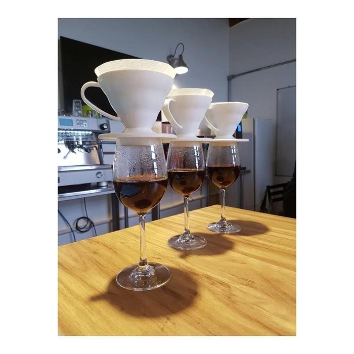 Dalam akun Instagramnya, Naomi Scott juga memamerkan kopi yang sedang diseduh dengan V60. Tak hanya teh ternyata ia juga pecinta kopi. Foto: Instagram@naomigscott