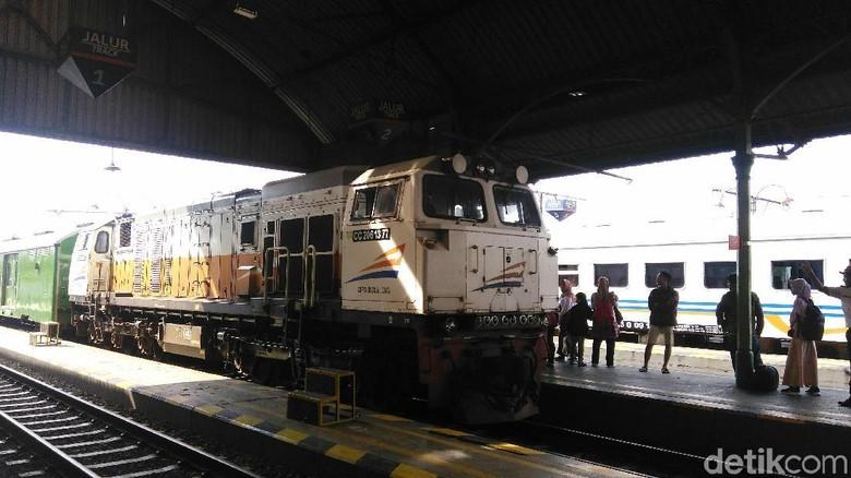 Kereta meluncur di Stasiun Kutoarjo (Rinto Heksantoro/detikcom)