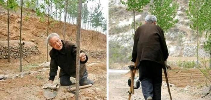 Ma Sanxiao, pria tua yang menanam pohon dengan kondisi kaki tak sempurna. Foto: dok. Video Screengrab