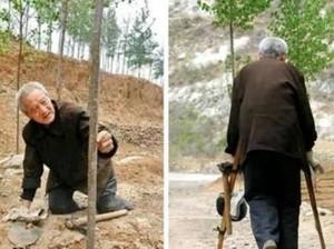 Auto Kagum! Perjuangan Pria Tua Tanam Pohon dengan Kondisi 2 Kaki Diamputasi