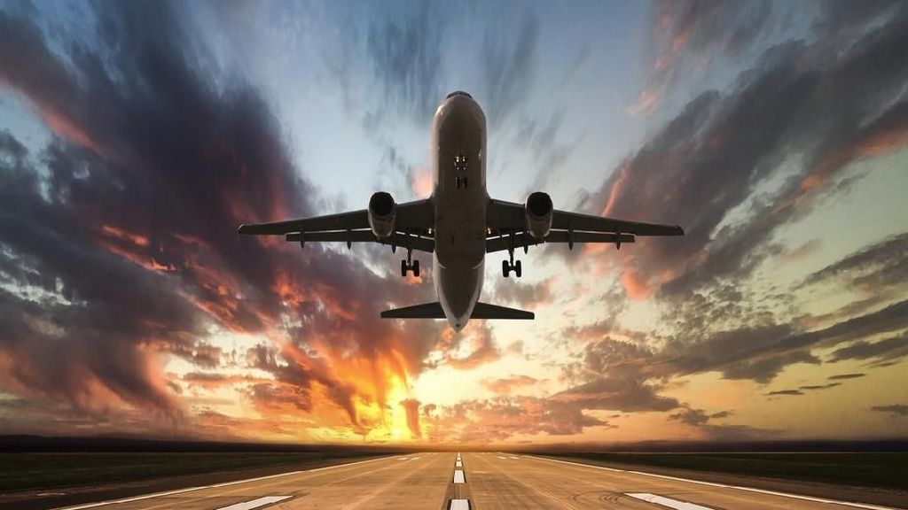 Tersambar Petir, Pesawat Putar Balik ke Bandara