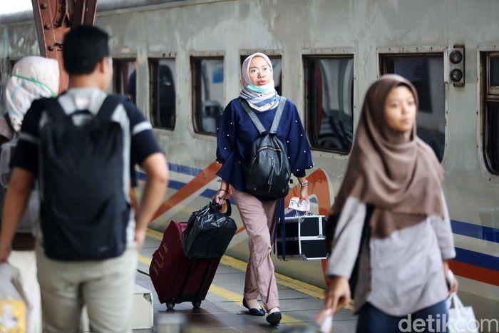 Sejumlah penumpang menunggu kedatangan kereta api di Stasiun Pasar Senen, Jakarta, Selasa (16/4/2019).