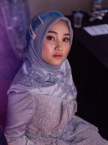 Cara Pakai Jepit Mutiara Hits untuk Hijabers Ala Fatin Shidqia