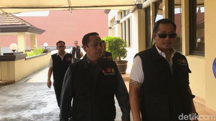 Tujuh anggota Bawaslu DKI mendatangi Polres Jakut. (Rolando/detikcom)