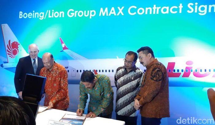 Salah satu contoh hubungan mesra Lion dan Boeing ditunjukkan saat maskapai milik Rusdi Kirana itu memborong Boeing 737 MAX 10. Demi mendapatkan 50 pesawat ini Lion merogoh kocek US$ 6,24 miliar.Hendra Kusuma/detikcom.