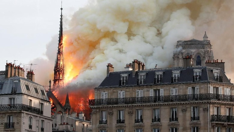 Gereja Notre Dame Terbakar, Presiden Macron Bersedih