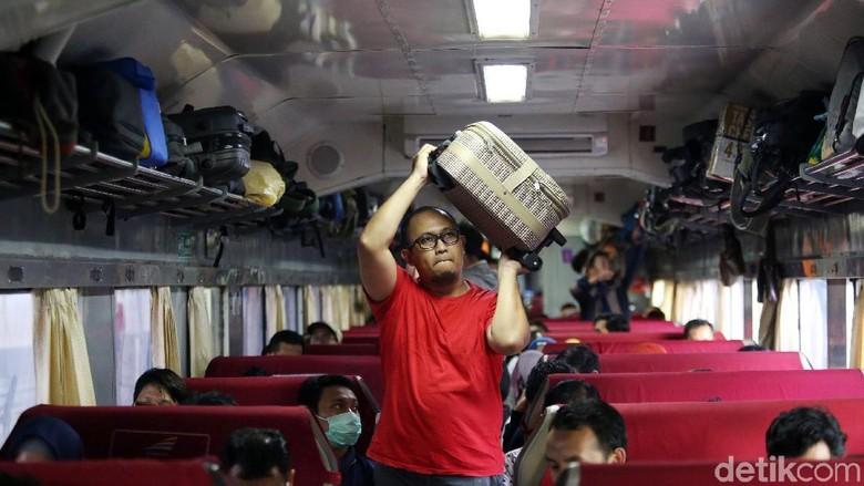 Ilustrasi penumpang kereta api (Agung Pambudhy)