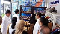 Presiden Joko Widodo, didampingi Direktur Utama BRI Suprajarto dan Direktur Mikro dan Kecil BRI Priyastomo, menyempatkan diri menyapa nasabah binaan Bank BRI, Rendang Uni Adek dari RKB BRI Bukittinggi setelah resmi membuka Halal Park di Jakarta.