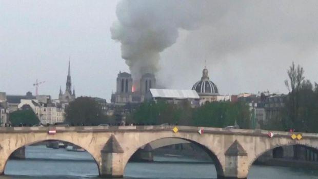 Kebakaran Landa Gereja Notre Dame Paris