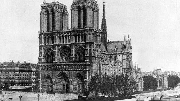 Katedral Notre Dame difoto pada 1911.