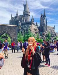 Berpakaian ala film Harry Potter, Rose terlihat mirip dengan Hermione kan? (roses_are_rosie/Instagram)