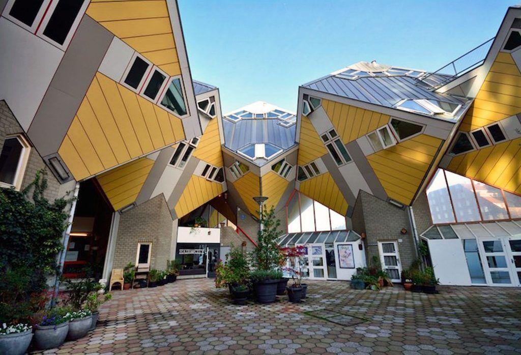 The Cube Houses atau rumah kubus ada di Rotterdam dan Helmond, Belanda. Rumah ini didesain miring 45 derajat dan punya 4 lantai. Foto: via Trend Chaser