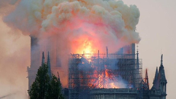 Katedral Notre Dame di Paris, Prancis kebakaran pada Senin (15/4). Banyak yang bersedih atas bencana yang menimpa tempat wisata di Prancis populer ini (Reuters)