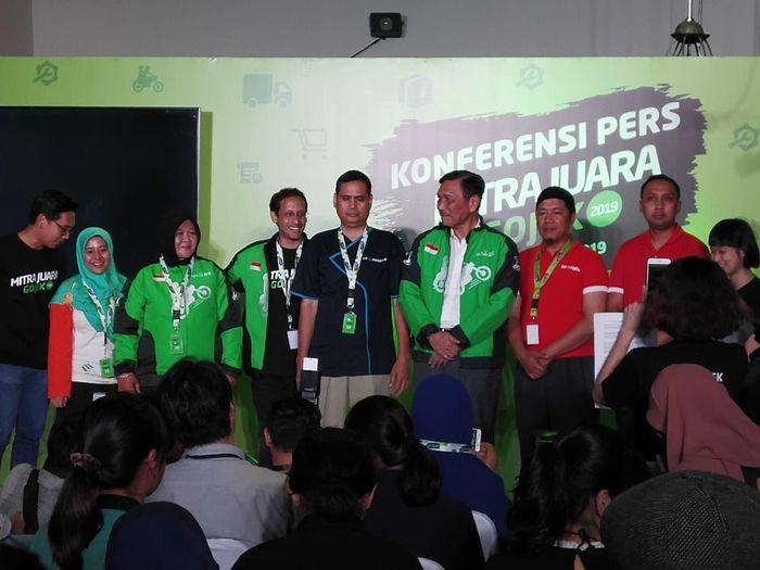 Gufron (kedua dari kanan) dalam acara konferensi pers Mitra Juara Gojek. Foto: Dok. Go-Jek