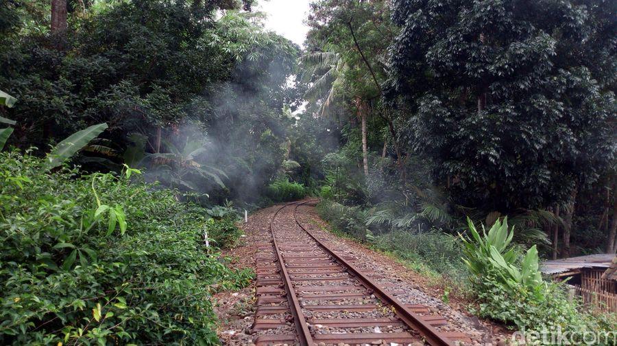 Rel kereta api yang pernah berjaya di era kolonial ini sangat menarik untuk dikunjungi. Dahulu rel tersebut membentang dari Ambarawa hingga Jogjakarta. (Aji Kusuma/detikcom)