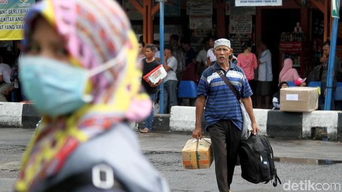 Ribuan warga mendatangi Terminal Kalideres, Jakarta Barat. Mereka mengantre untuk membeli tiket mudik agar bisa mencoblos pada 17 April esok.