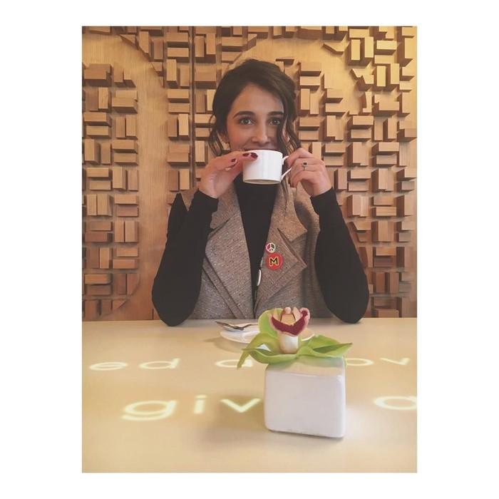 Si cantik Naomi Scott yang berperan sebagai Jane Kano ternyata gemar minum teh. Sedang berada di Toronto, wanita cantik ini terlihat sedang berada di kafe dengan secangkir teh. Foto: Instagram@naomigscott