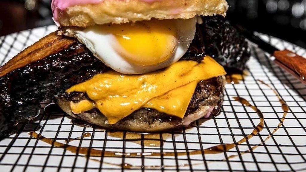 Nyam! Ada Donat Burger yang Terinspirasi Homer The Simpsons