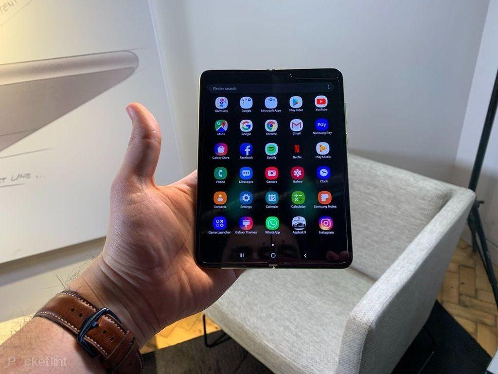 Galaxy Fold dalam keadaan terbuka. Ponsel layar lipat pertama Samsung ini sudah bisa dipesan di Amerika Serikat. Foto: Pocket Lint