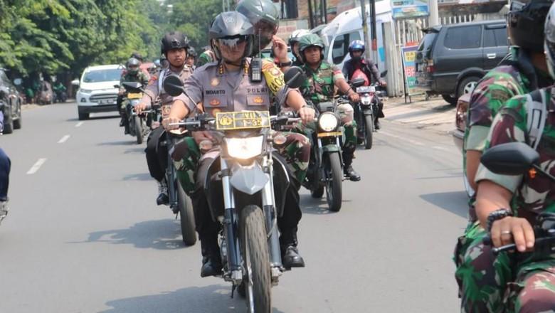 Naik Motor, Kapolres Bekasi Patroli ke TPS-TPS Jelang Pencoblosan