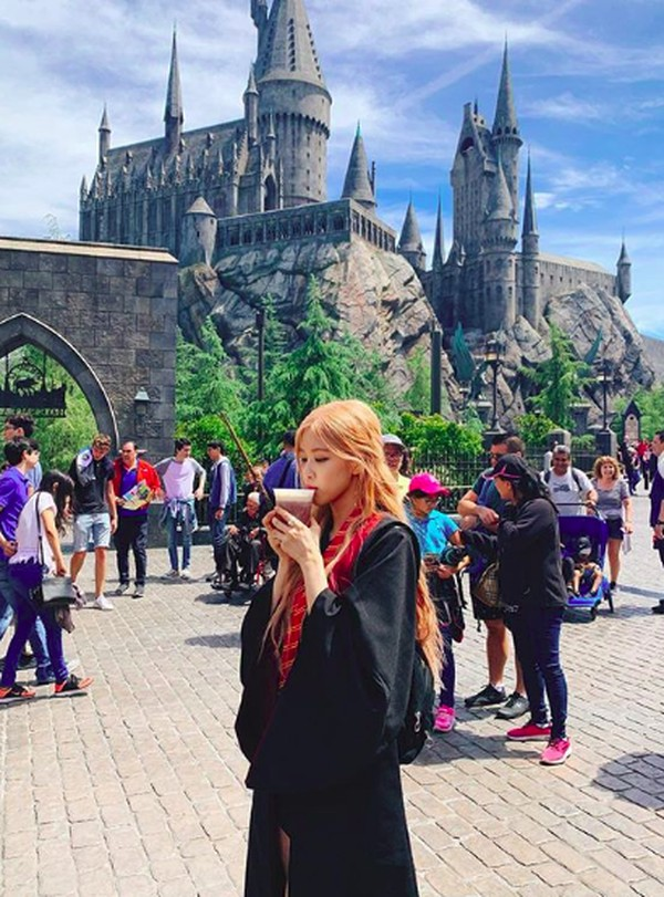Dalam caption Instagramnya, dia menuliskan tourist mode ON. (roses_are_rosie/Instagram)