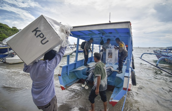 Hari pencoblosan Pemilu 2019 tinggal menghitung jam. Petugas pun berpacu dengan waktu untuk mendistribusikan logistik Pemilu ke seluruh pelosok Indonesia.