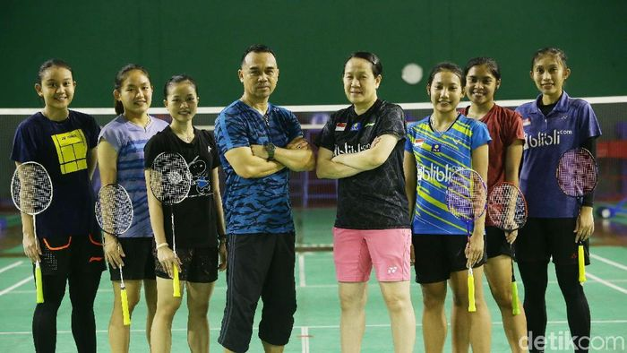 Rionny mainaky (keempat dari kiri) bersama ajun Minarti timur dan pemain tunggal putri pelatnas PBSI. (Grandyos Zafna/detikSport)