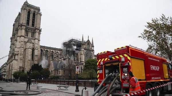 15 Jam Berkobar, Kebakaran di Katedral Notre-Dame Akhirnya Padam