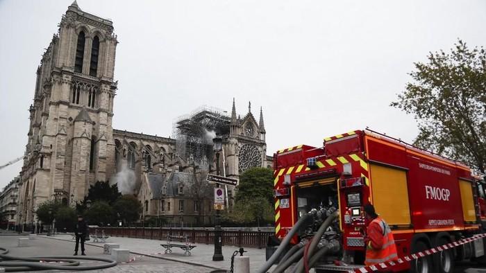 Situasi di sekitar Katedral Notre-Dame pada Selasa (16/4) pagi waktu setempat (Photo by Zakaria ABDELKAFI/AFP)