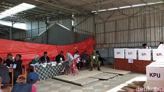 Melihat Semangat Warga Korban Banjir Tetap Mencoblos di TPS