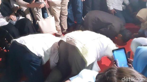 Prabowo melakukan aksi sujud syukur usai mendeklrasikan kemenangannya, di Jalan Kertanegara 4, (17/04/2019)