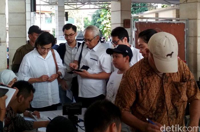 Sri Mulyani terdaftar di TPS 077 RT 02/10, Jalan Mandar Sektor 3A, Bintaro Jaya, Tangerang Selatan, Banten.