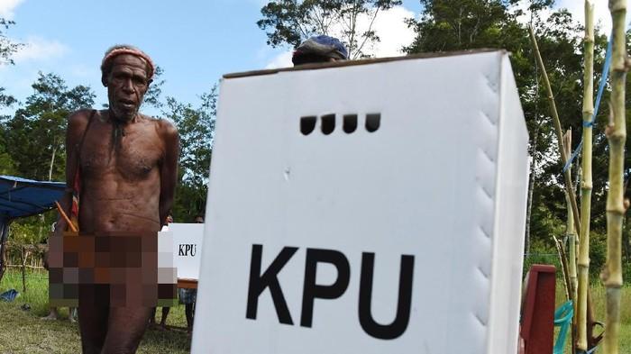 Warga Wamena ikut memberikan hak suaranya pada Pemilu 2019. Lokasi TPS berada di Distrik Libarek Wamena, Jayawijaya, Papua.