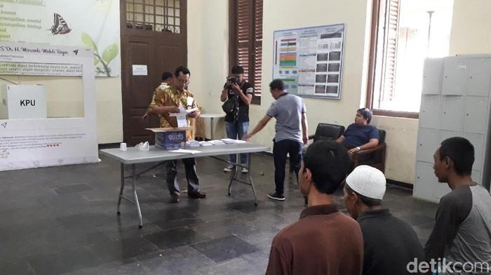 Pengarahan untuk ODGJ sebelum nyoblos di Rumah Sakit Marzoeki Mahdi (Foto: Rosmha/detikHealth)