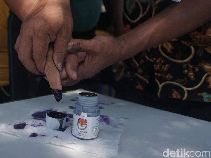 Ilustrasi cara menghilangkan noda tinta Pemilu yang menempel di baju. Foto: Khadijah Nur Azizah/detikHealth